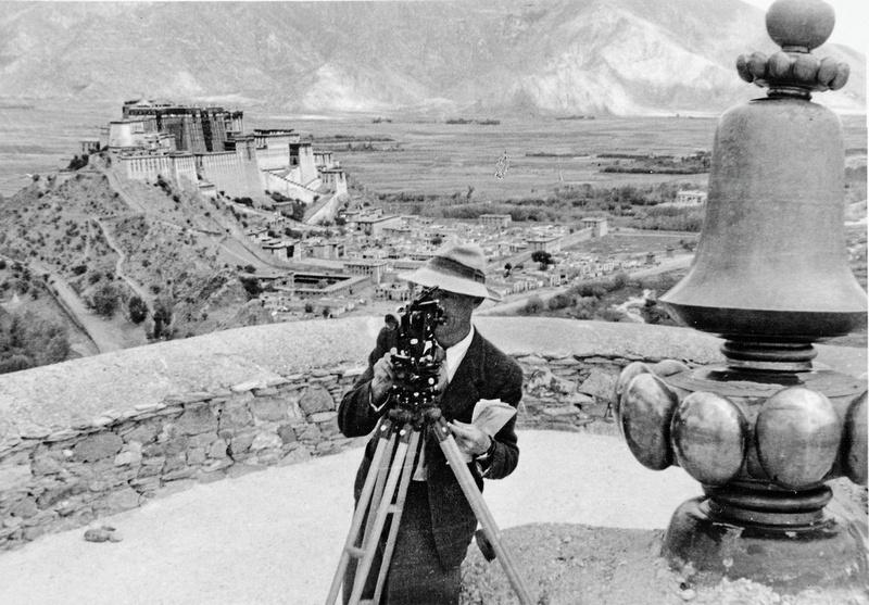 Peter Aufschnaiter mit Winkelmessgerät in Lhasa