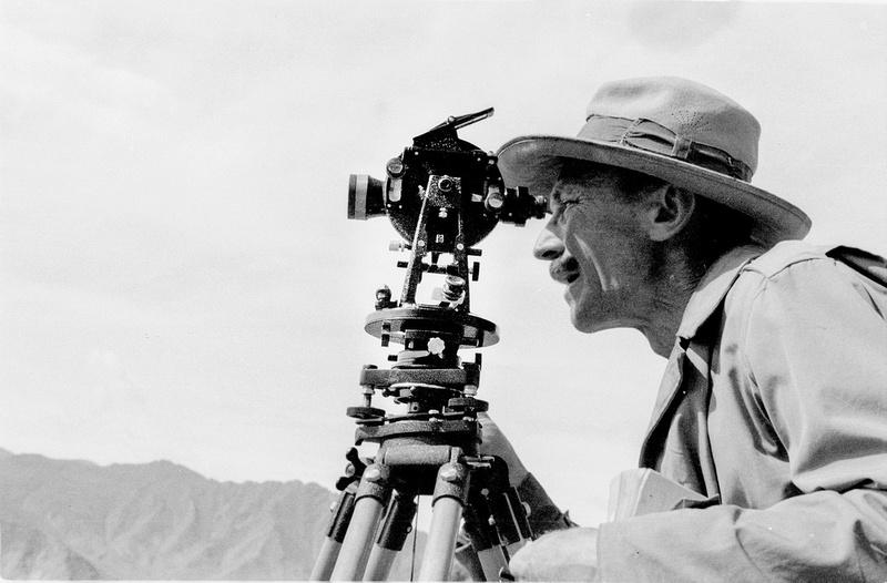 Peter Aufschnaiter bei Vermessungsarbeiten in Tibet