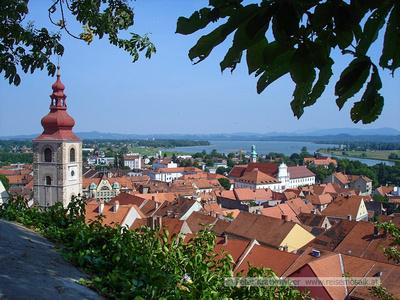 Slowenien, Blick vom Schlossberg in Ptuj, dem alten Pettau, auf die Drau.