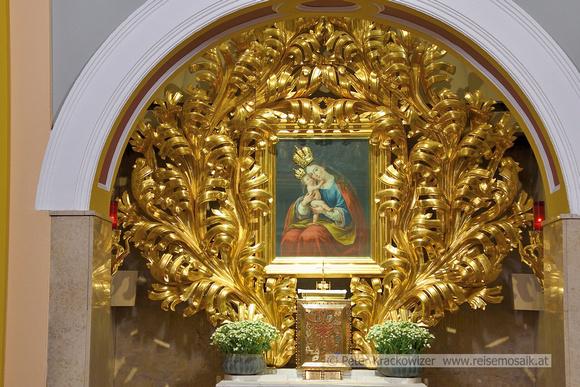 Slowenien, Brezje. Das Marienbild in einem riesigen prachtvollen goldenen Rahmen ist in einer Seitenkapelle der Kirche zu finden.
