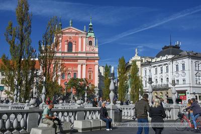 Slowenien, Laibach, Blick entlang der Ljublanica im Stadtzentrum in Richtung Dreibrücke mit Franziskanerkirche.