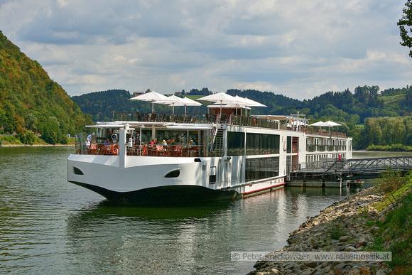 Anlegestelle der Flusskreuzfahrtschiffe am südlichen Ende der Altstadt von Passau, Bayern.