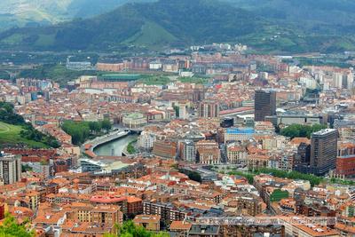 Spanien, Baskenland, Bilbao, Blick vom Aussichtshügel Artxanda ins Stadtzentrum mit Altstadt (Bildmitte)