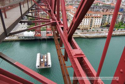 Spanien, Baskenland, in Portugalete: Blick von der Brücke ganz oben hinunter auf die hängende Fähre