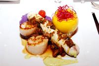 Frankreich, Restaurant La Mère Germaine, Villefranche-sur-Mer, Riviera Côte d'Azur, verschiedene Fischsorten mit Reis (violett) und Safranschaum