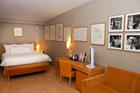 Frankreich, Riviera Côte d'Azur, Menton, Jean-Cocteau-Suite im Hotel Napoléon, mit Zeichnungen sowie s/w Bilder von ihm