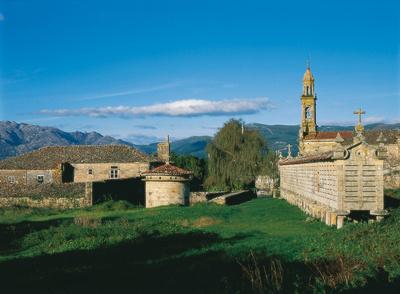 Carnota an der Costa da Morte in Galicien, Nordspanien; rechts im Bild ein Horreo, ein Getreidespeicher © Spanisches Fremdenverkehrsamt